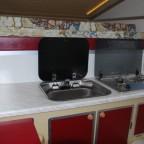Küchenzeile mit Waschbecken und Spirituskocher